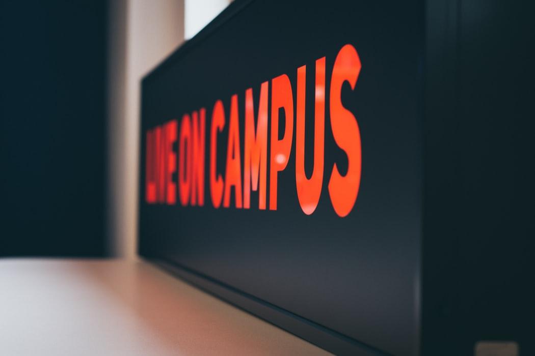 primer día de clases en la universidad campus