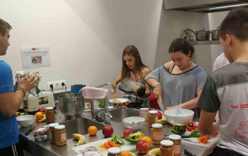 Residencias universitarias Barcelona equipadas con cocina scaled 1