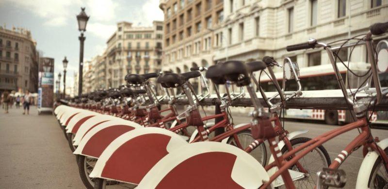 bicicletas aparcadas residencias universitarias barcelona cerca pompeu fabra