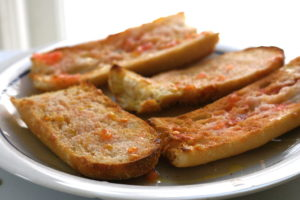 Pan con tomate para estudiantes universitarios