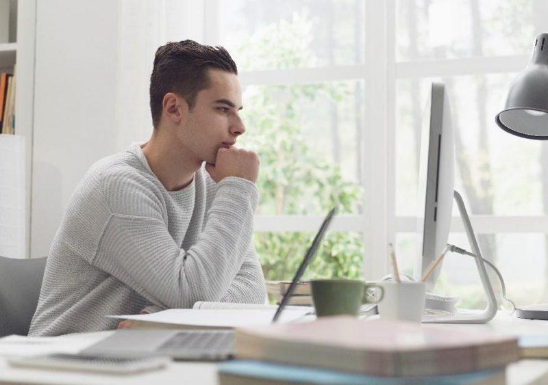chico estudiando en internet cursos online para estudiantes unihabit 1