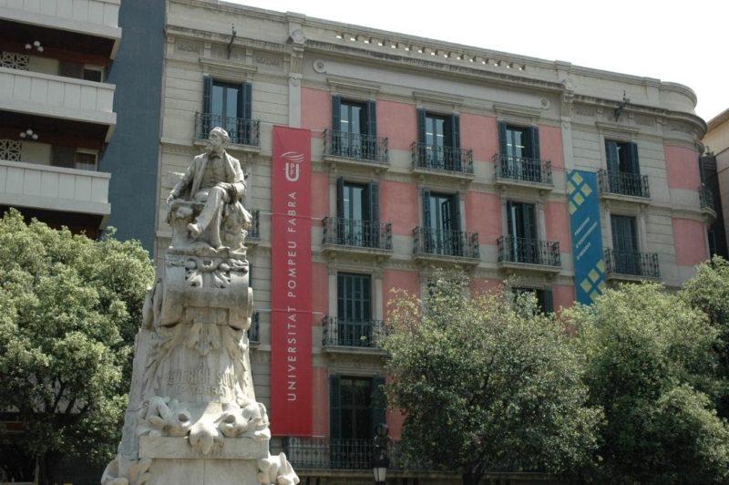 estatua en exterior residencias universitarias barcelona cerca pompeu fabra 1