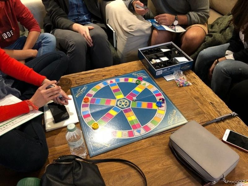 grupo jugando al trivial residencias universitarias barcelona cerca pompeu fabra