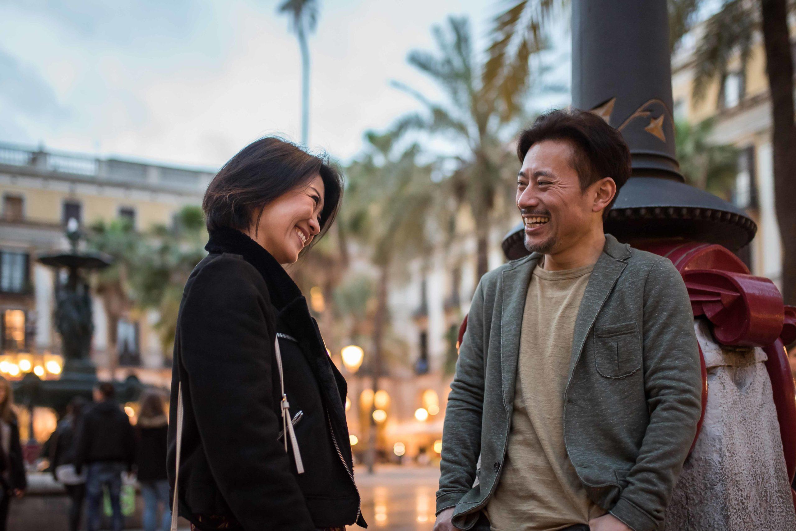 pareja de asiaticos en barcelona zonas para vivir en barcelona para estudiantes Unihabit scaled 1