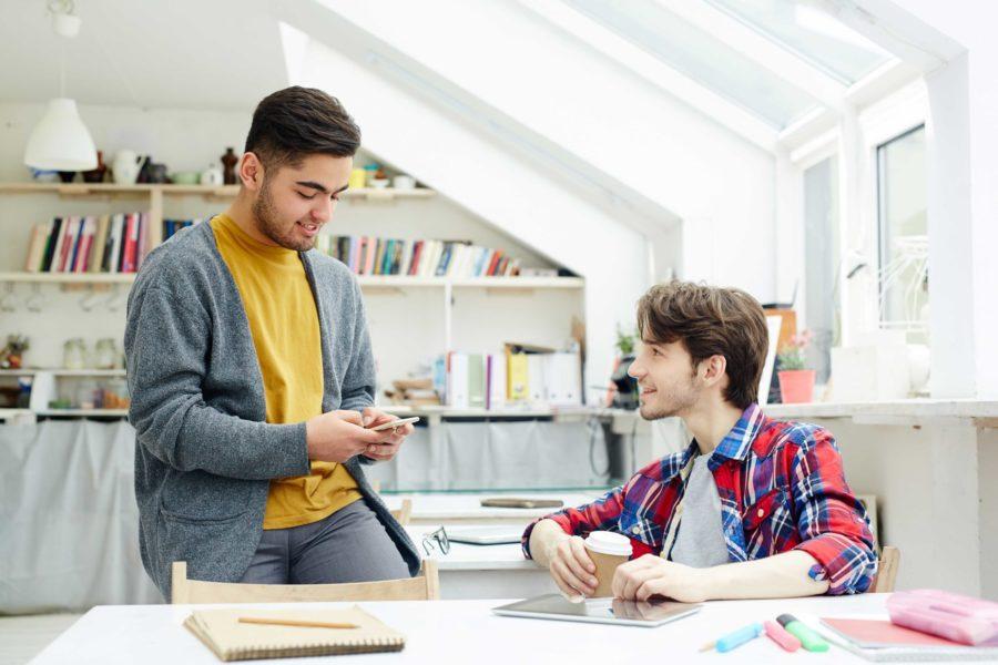 amigos estudiantes en residencia hablando Grados con mas salidas laborales scaled 900x600 1