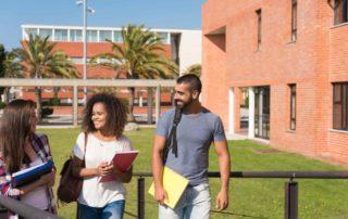 estudiantes entrando en facultad Aprender un nuevo idioma en Barcelona Unihabit scaled 900x600 1