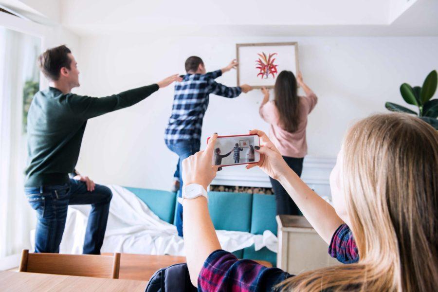 grupo de estudiantes decorando apartamento Habitaciones para universitarios Unihabit scaled 900x600 1